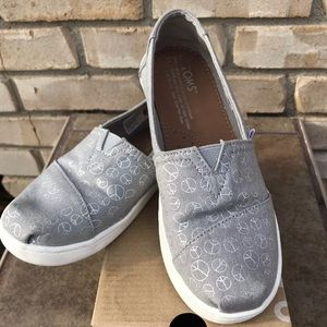 TOMS Classic Drizzle Grey Foil Peace YOUTH Sz 2.5